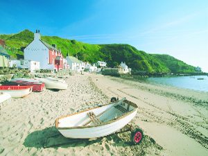 Porthdinllaen Beach and Ty Coch Inn with boats and mountains